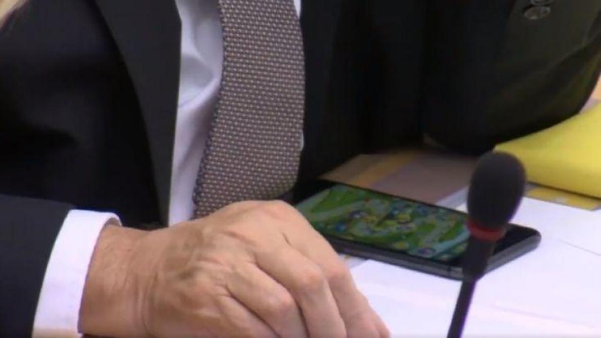 Quand Jan Jambon joue à Angry Birds au parlement flamand (vidéo)