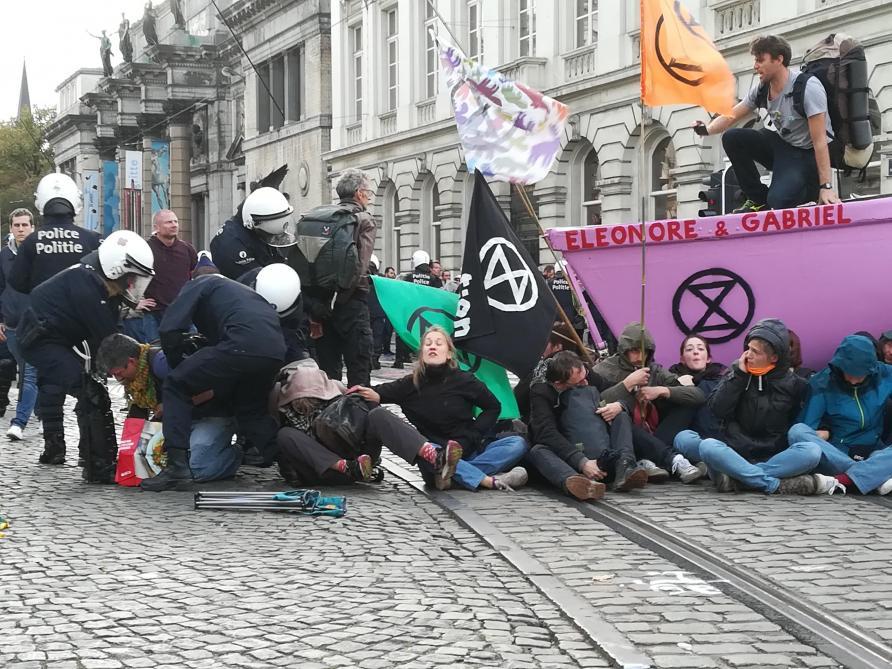 Plus de 400 manifestants d'Extinction Rebellion interpellés à Bruxelles: enquête sur l'action policière