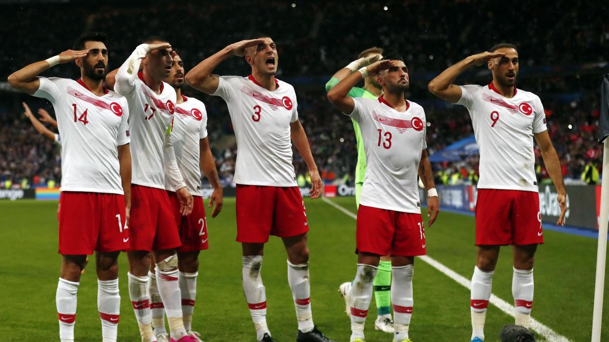 Les joueurs turcs font un nouveau salut militaire pour célébrer leur but face à la France