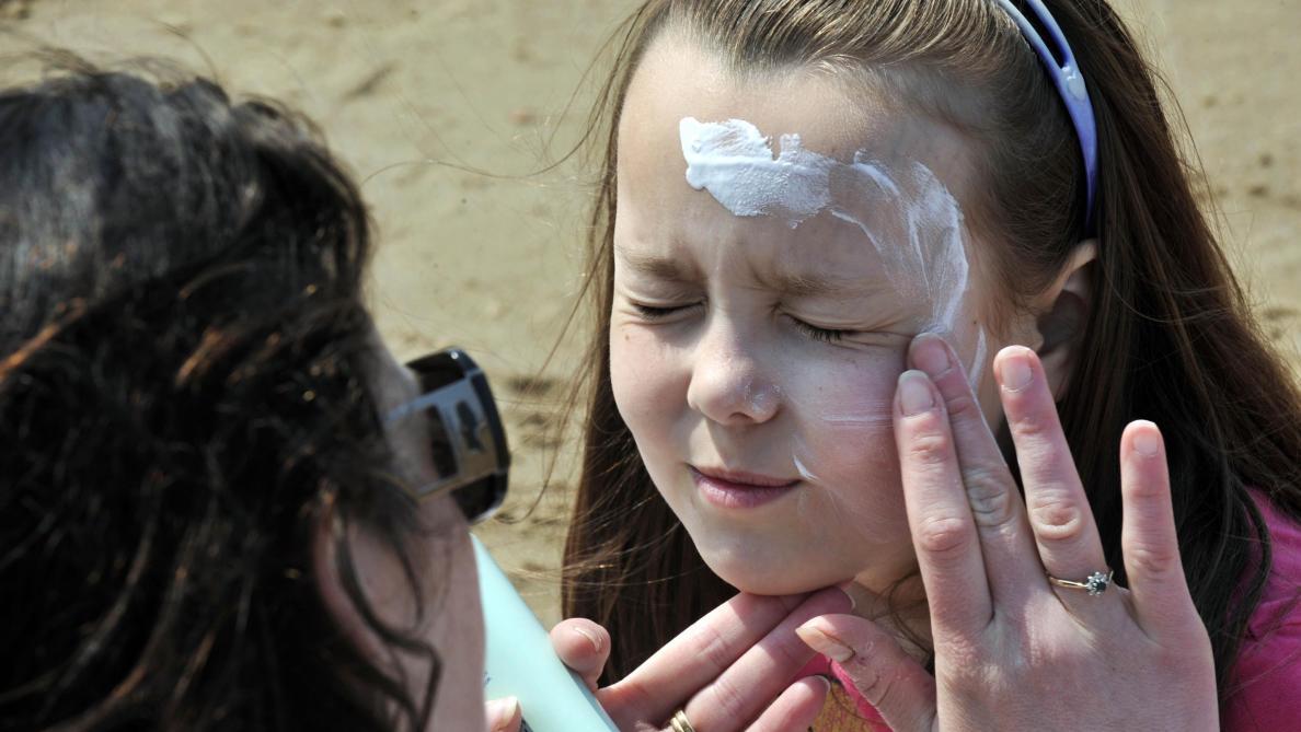 Une dangereuse crème solaire pour enfants retirée en Espagne… mais pas chez nous