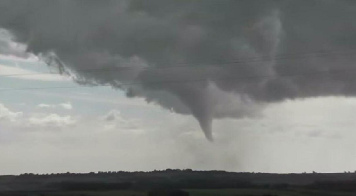 Toitures arrachées, chutes d'arbres…: une violente tornade traverse l'Hérault en France (vidéos)