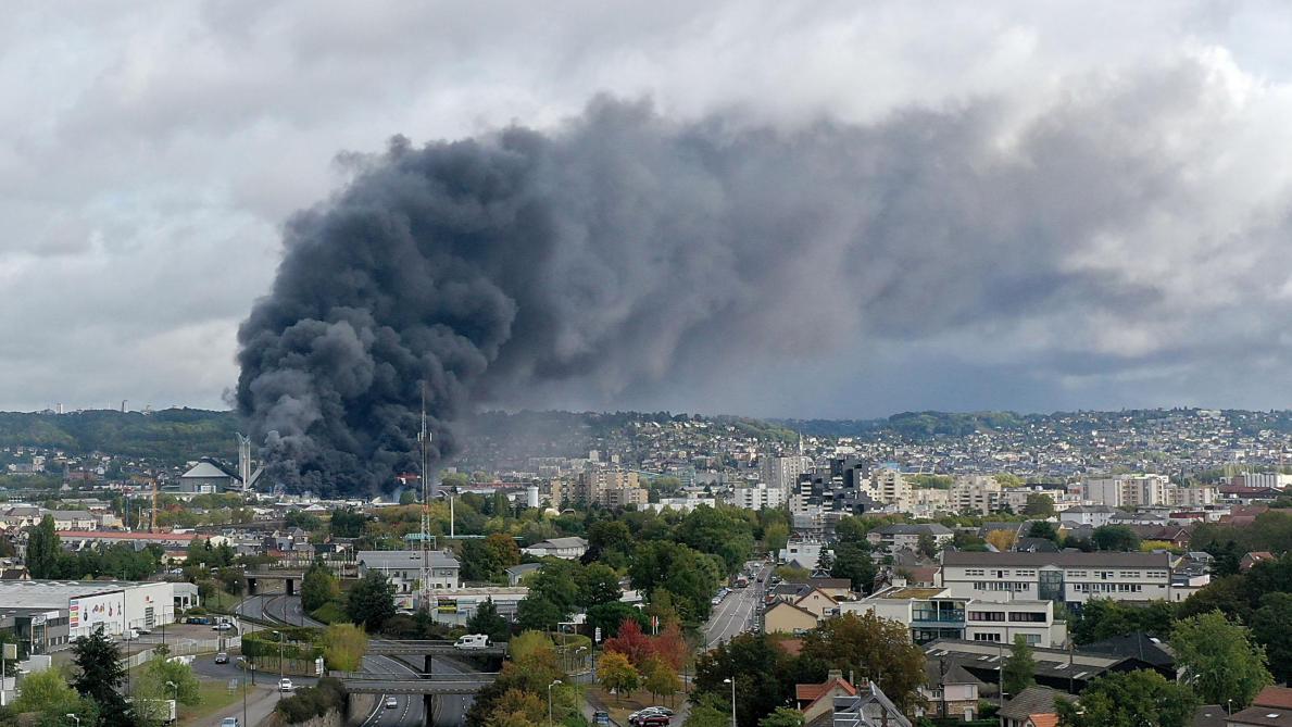 Incendie à Rouen: le feu a débuté à l'extérieur des installations, selon le PDG de Lubrizol