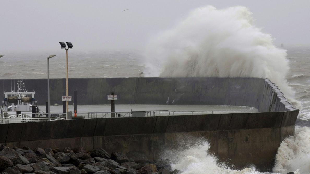 Tempête Amélie : mer déchaînée et vents violents, 140 000 foyers privés d'électricité