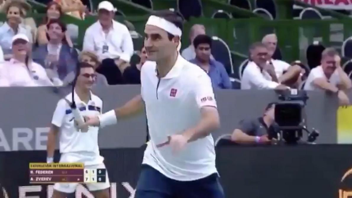 En plein match d'exhibition en Argentine, Roger Federer fait le show et prend la pose pour les supporters (vidéo)