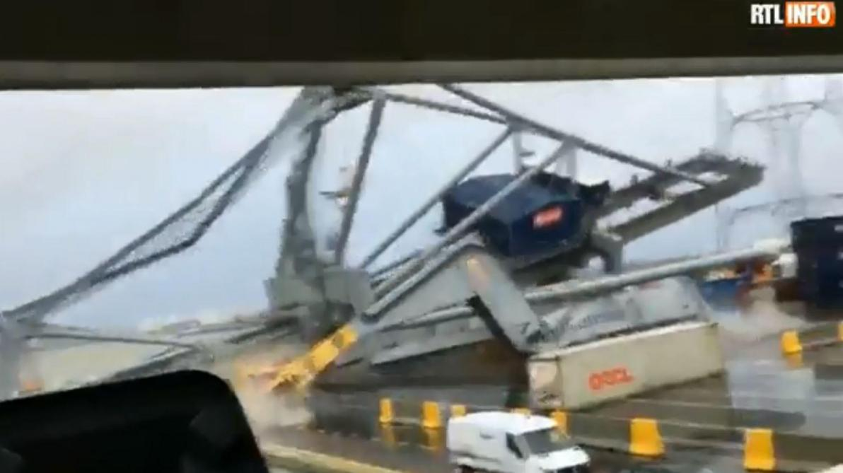Un navire de 328 mètres fait chuter une immense grue au port d'Anvers: la vidéo impressionnante