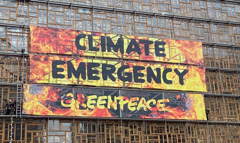Sommet européen: action de Greenpeace sur le bâtiment Europa