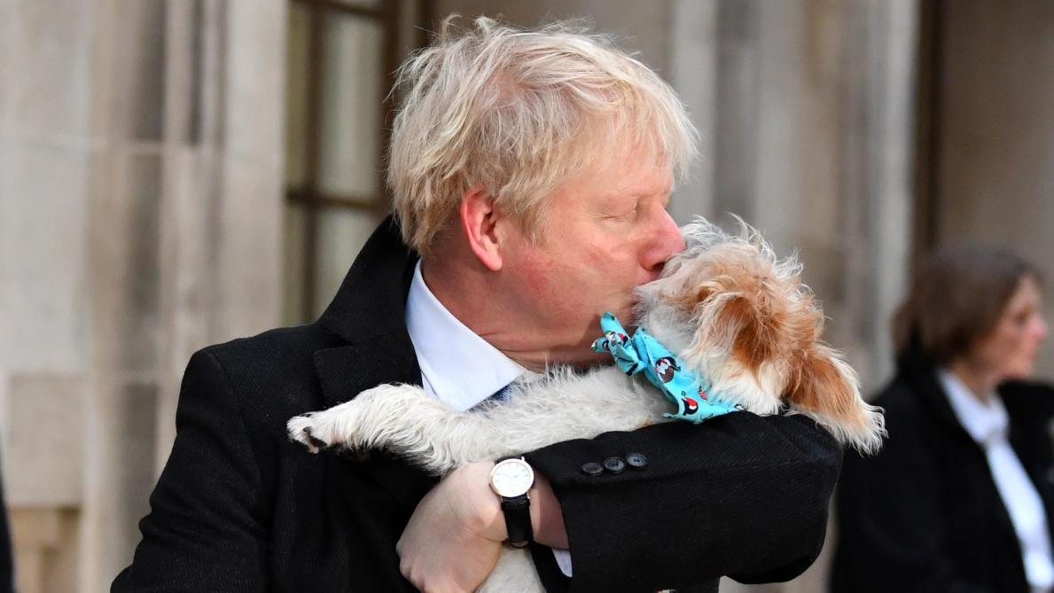 Boris Johnson vote puis pose avec son chien