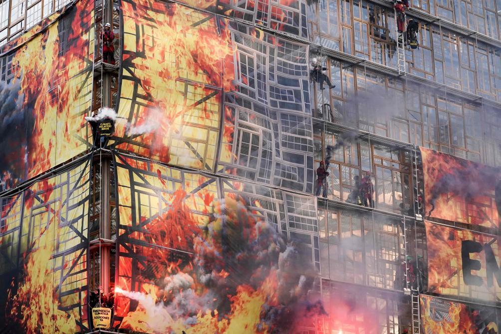 Action spectaculaire de Green Peace: évacuation de militants qui ont «mis le feu» à un bâtiment européen