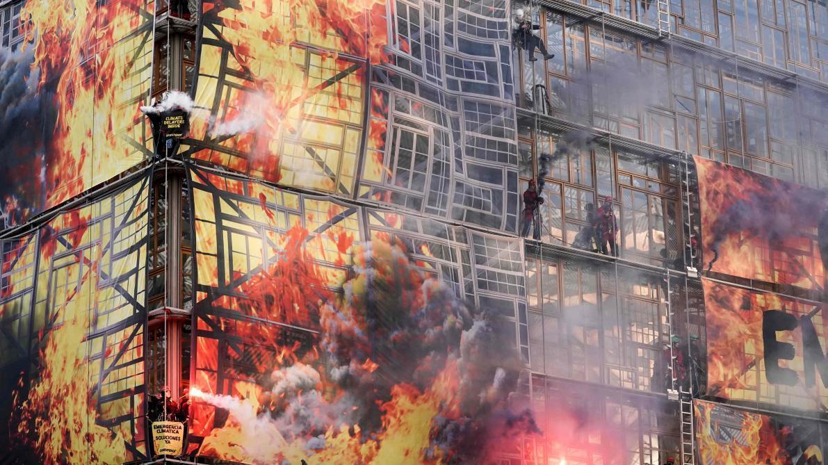 Action spectaculaire: Greenpeace «met le feu» à un bâtiment européen, ce qu'il s'est passé