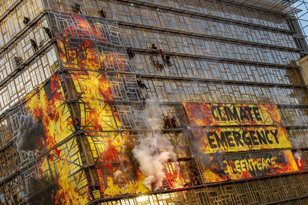 Action spectaculaire de Greenpeace: la police a arrêté administrativement 50 militants