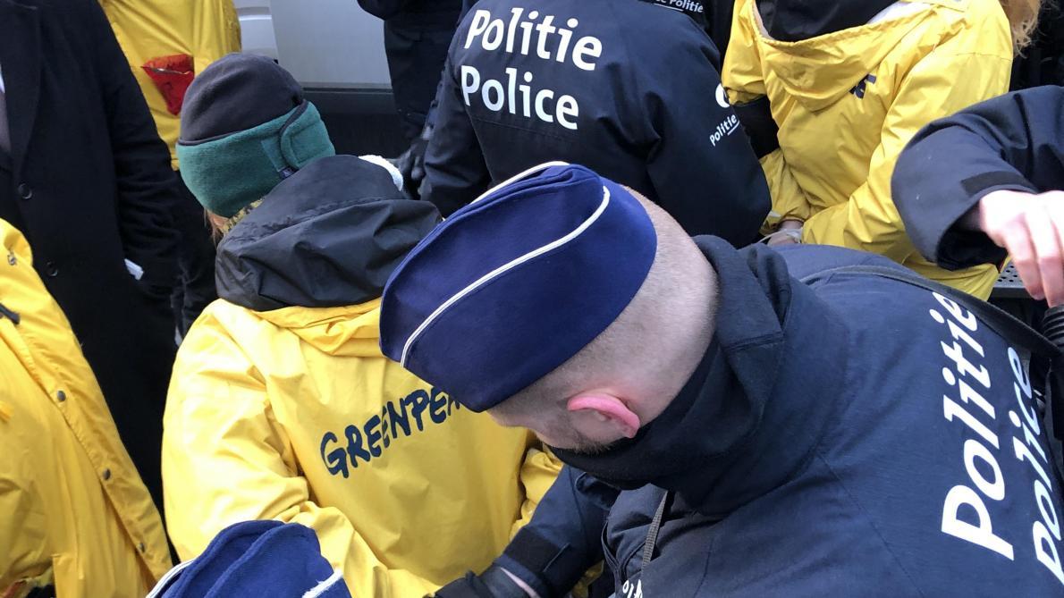 Action spectaculaire de Greenpeace: la police a interpellé 50 militants