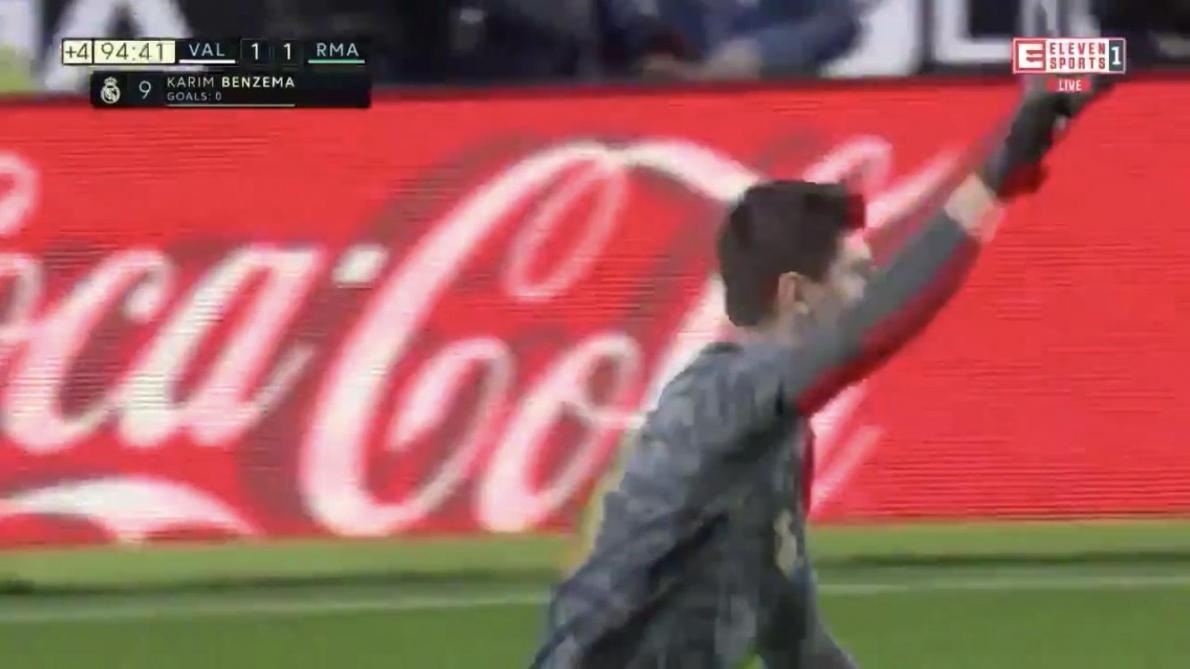 Scène complètement folle pour le Real Madrid: Thibaut Courtois était proche d'égaliser face à Valence, Karim
