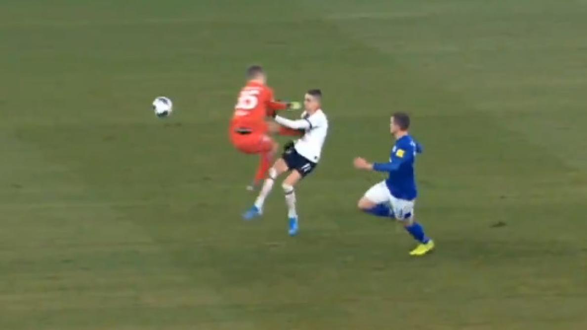 La sortie scandaleuse du gardien de Schalke: il fonce droit sur son adversaire et plante ses crampons sur son torse (vidéo)