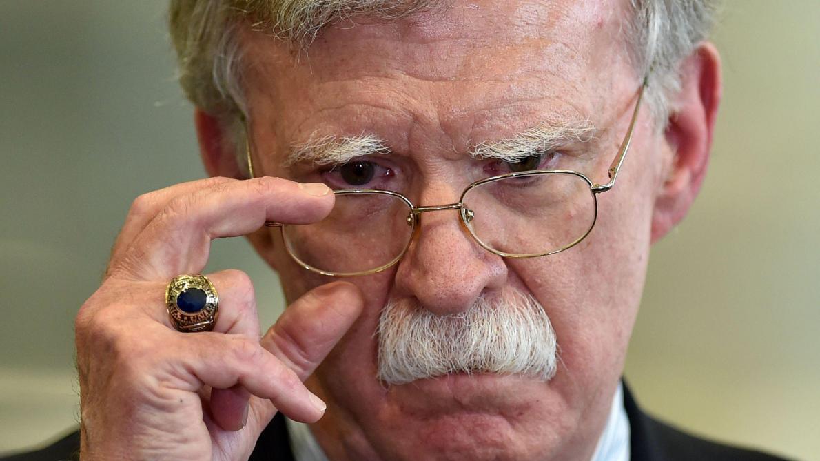 Procès en destitution: un John Bolton brouille la défense de Trump