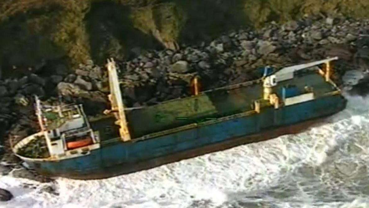 Tempête Dennis: un vaisseau fantôme s'échoue en Irlande (vidéos)