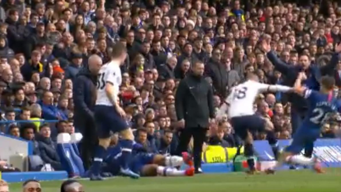 Nouveau scandale autour du VAR en Premier League: un joueur échappe à un carton rouge après une grosse semelle (vidéo)