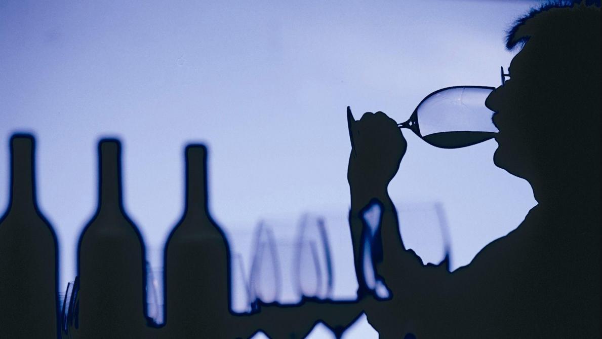 Décès d'une femme après avoir bu un verre de vin rouge: une affaire liée au trafic de drogue?