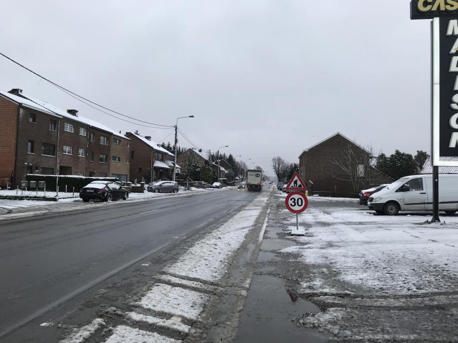 La neige rend les routes glissantes: la Belgique en double alerte