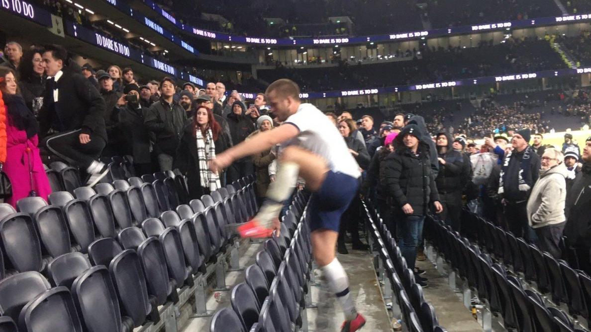Quand Dier monte en tribune pour s'en prendre à un fan — Tottenham