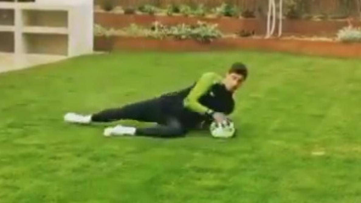Coronavirus: Thibaut Courtois, le gardien du Real Madrid, s'entraîne intensément dans son jardin (vidéo)