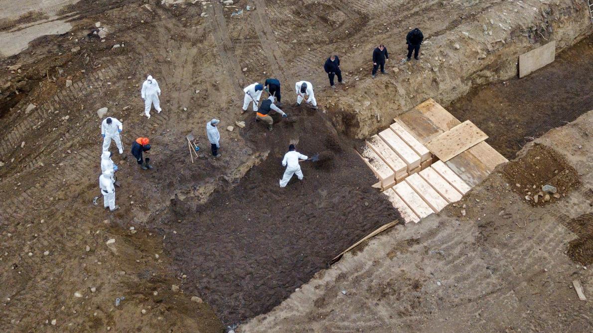 Coronavirus: des fosses communes construites à New York afin d'enterrer les nombreuses victimes (photos)