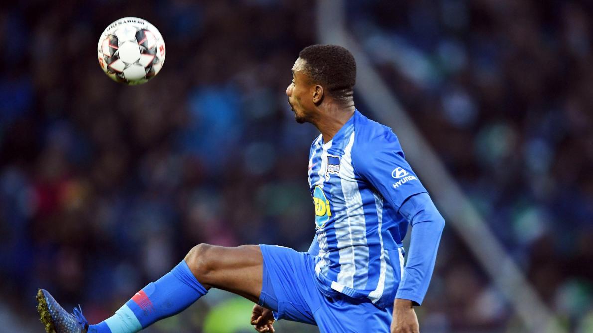 Salomon Kalou, un joueur du Hertha Berlin, se moque des mesures ...
