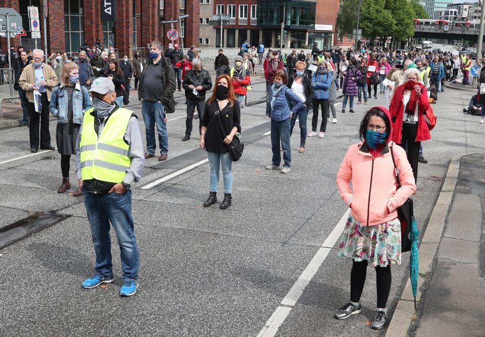 जर्मनी में इस शनिवार, प्रदर्शनों के उपायों के खिलाफ, प्रदर्शनकारियों के बीच सामाजिक दूरी के साथ नए प्रदर्शन हुए।