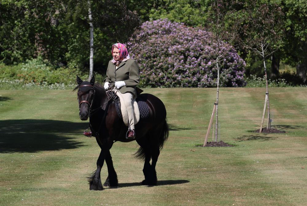 La reine Elizabeth II chevauche à nouveau dans le domaine de Windsor
