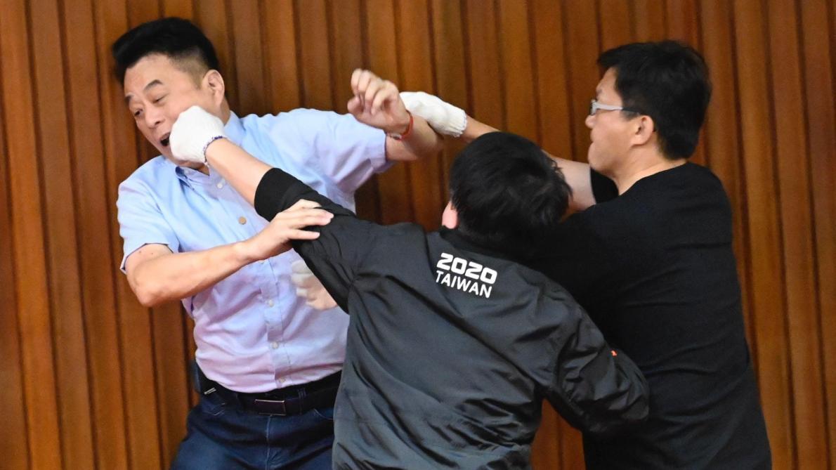 Un débat houleux au parlement s'est terminé par des bagarres — Taïwan