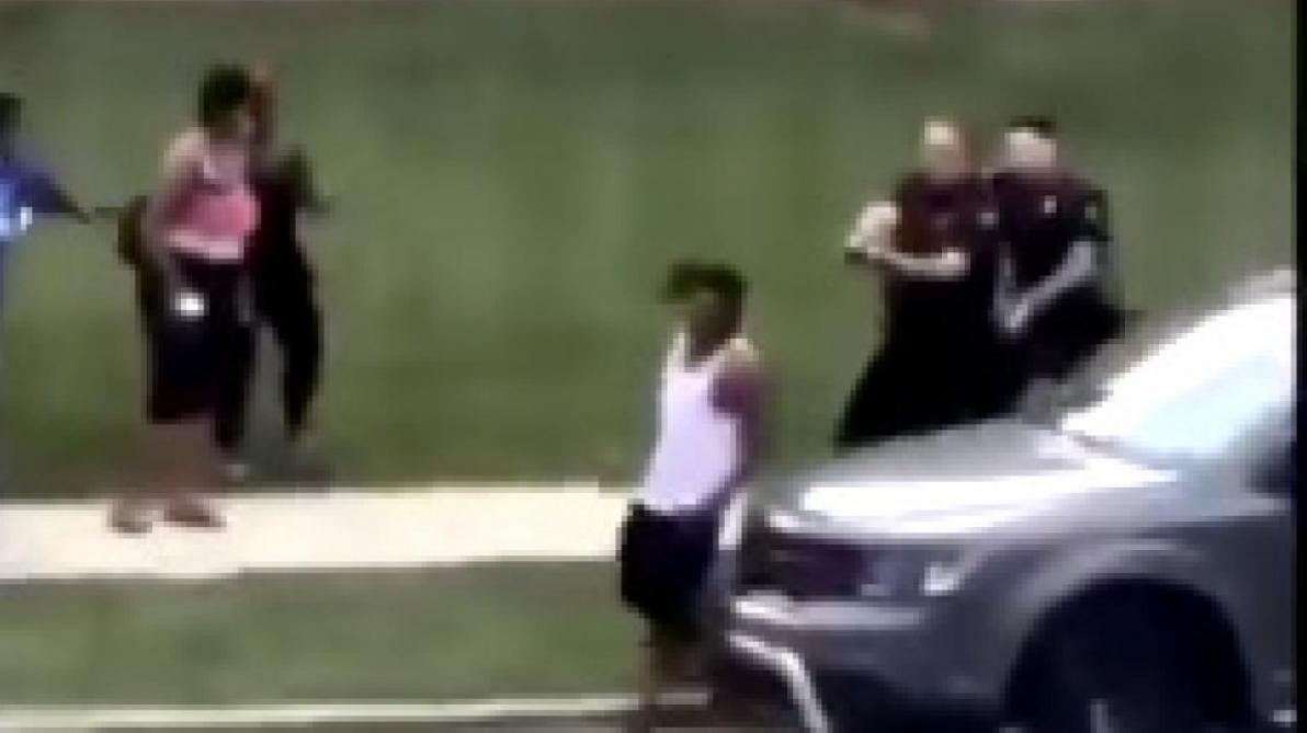 Un homme noir criblé de balles par un policier blanc — Etats-Unis