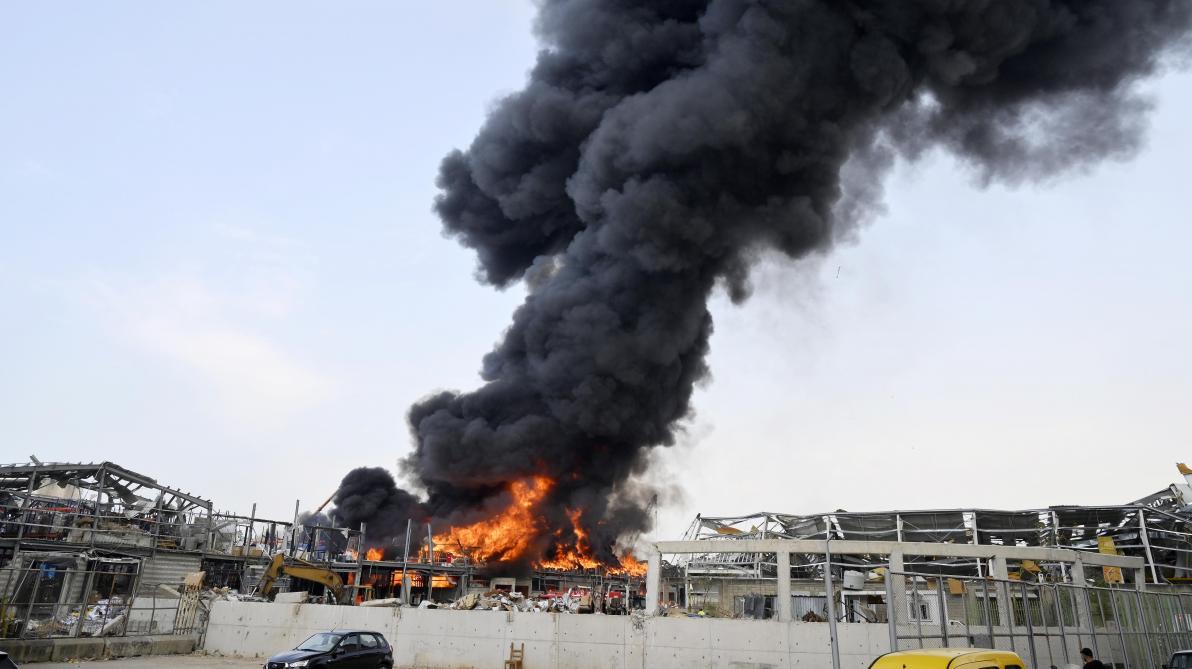 Un gigantesque incendie au port, un mois après l'explosion — Beyrouth
