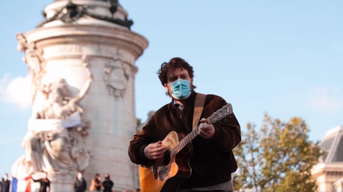 «Adieu Monsieur le professeur»: l'hommage d'un chanteur belge au professeur assassiné qui émeut le web (vidéo)