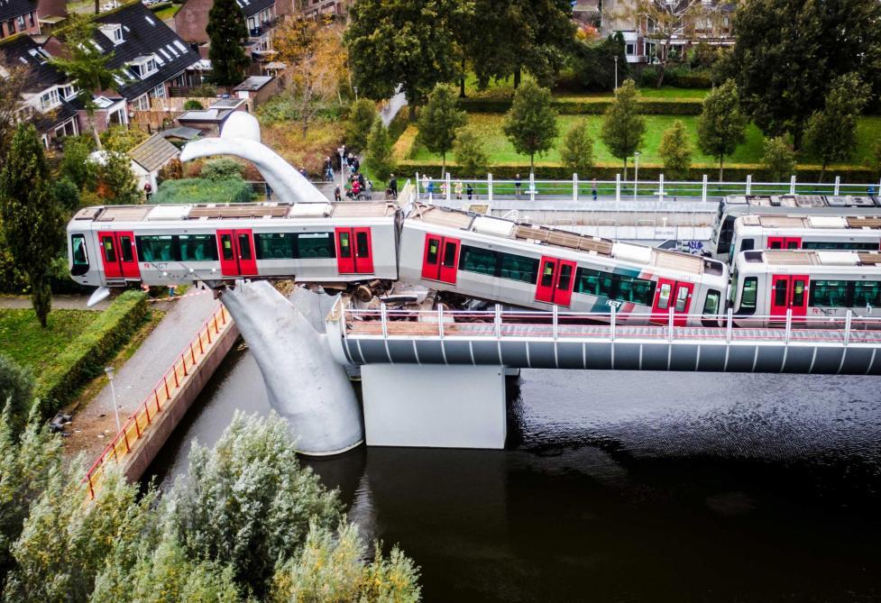 Les images impressionnantes d'un métro suspendu dans le vide aux Pays-Bas
