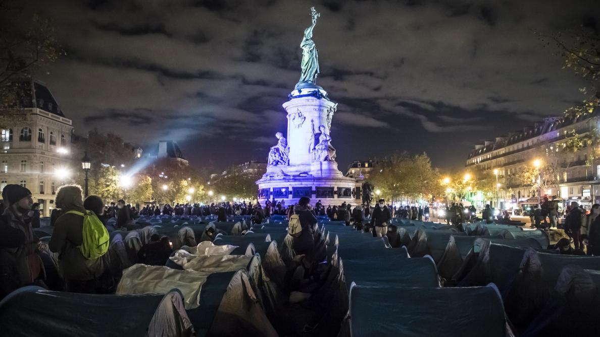 Plusieurs centaines de migrants montent un campement place de la République — Paris