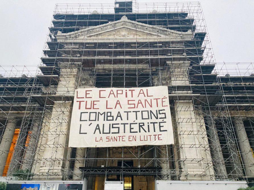 Le mouvement «Santé en lutte» a déployé une banderole sur le palais de justice de Bruxelles pour dénoncer «l'austérité appliquée à la santé, l'insuffisance des mesures d'aide au secteur et la gestion calamiteuse de la pandémie», le 27 novembre 2020