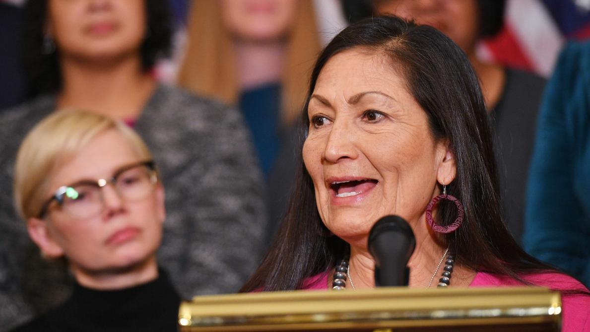 Deb Haaland, la première ministre Amérindienne de l'histoire du pays — États-Unis