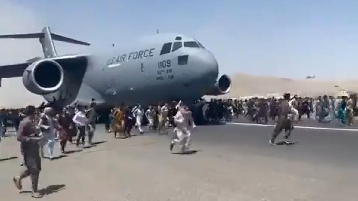 Afghanistan: des images semblent montrer des Afghans tombant d'un avion  après le décollage à l'aéroport de Kaboul (vidéos) - Le Soir