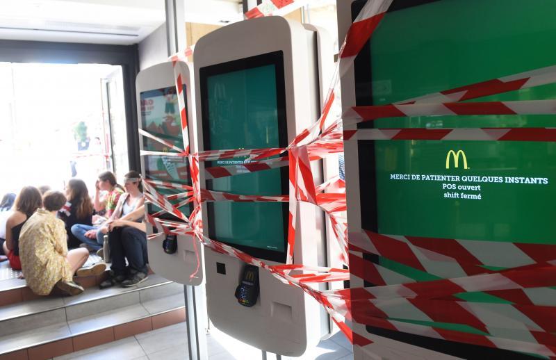 Un McDonald's occupé à Bordeaux par de jeunes militants écologistes (photos)