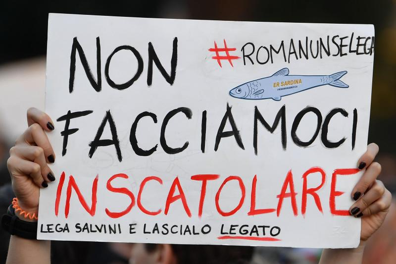 Italie-Des dizaines de milliers de 'sardines' défilent contre Salvini