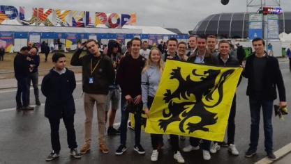 Des jeunes du Vlaams Belang distribuent des centaines de drapeaux flamingants à l'entrée du Pukkelpop