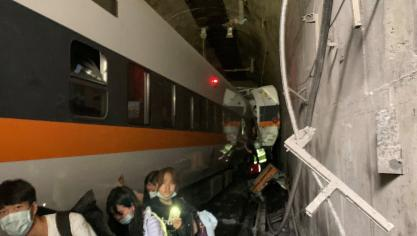 Le déraillement d'un train à Taïwan fait 42 morts (photos)