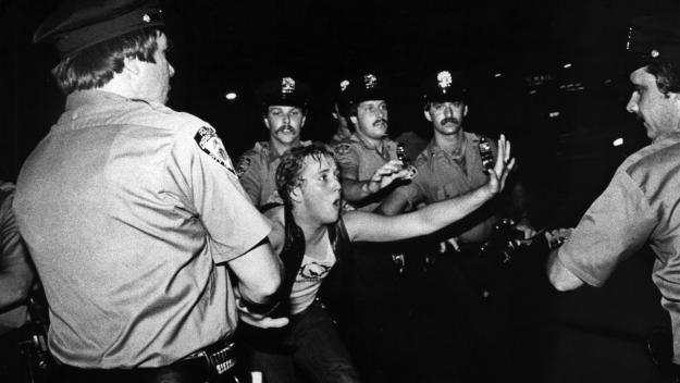 28 juin 1969 : la police new-yorkaise intervient sans ménagement devant le Stonewall Inn...